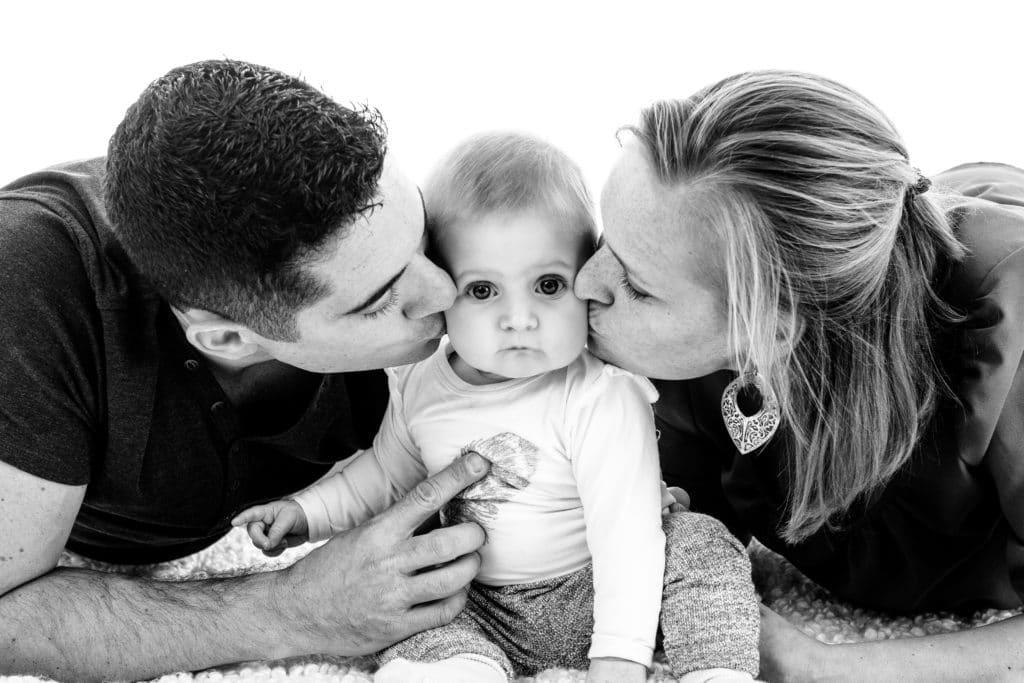 Fotoshoot van een gezin met baby in de fotostudio in Haarlem door fotograaf Grietje Mesman uit Lisserbroek