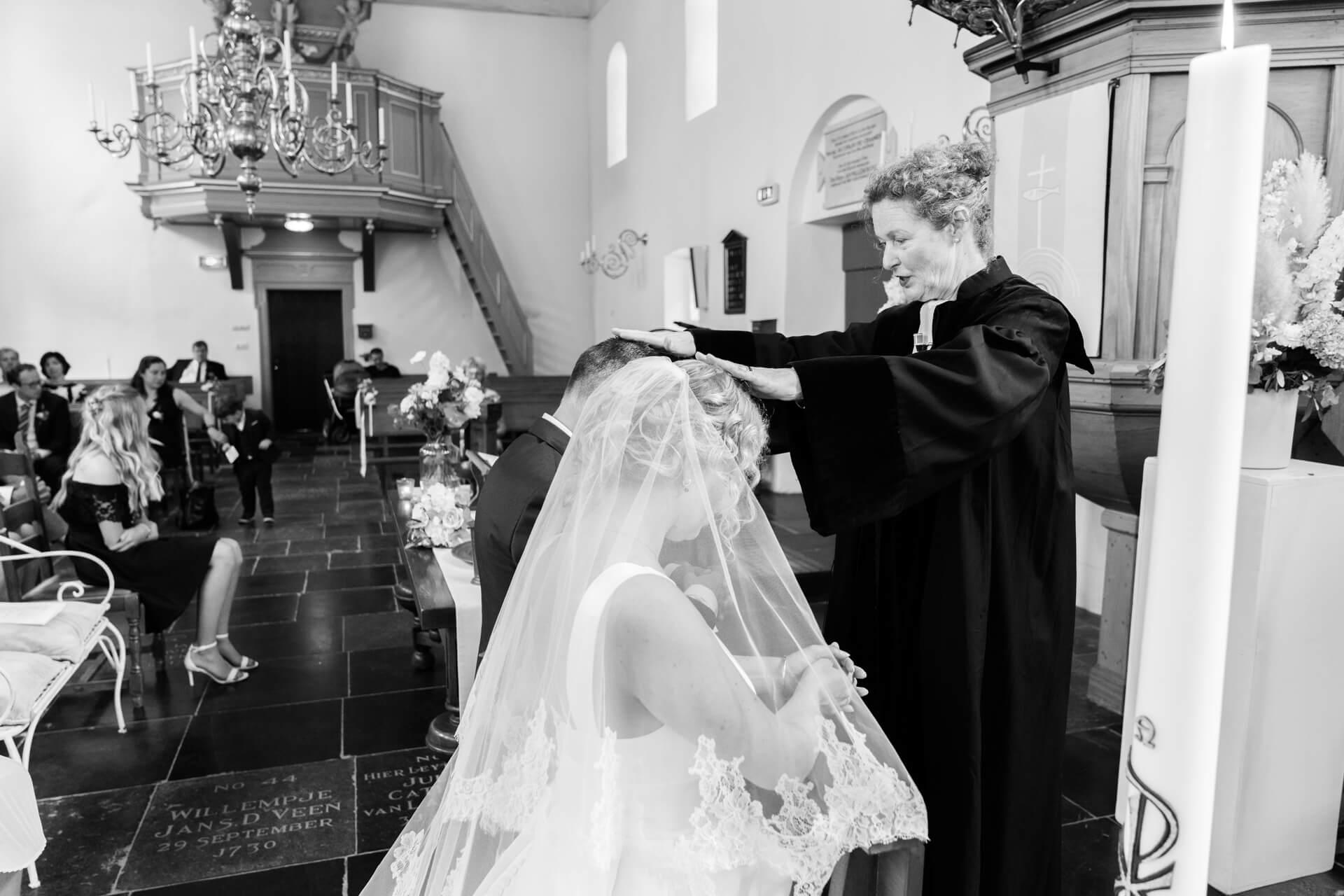 Bruiloft kerk Sassenheim, bruidsfotografie door trouwfotograaf Grietje Mesman