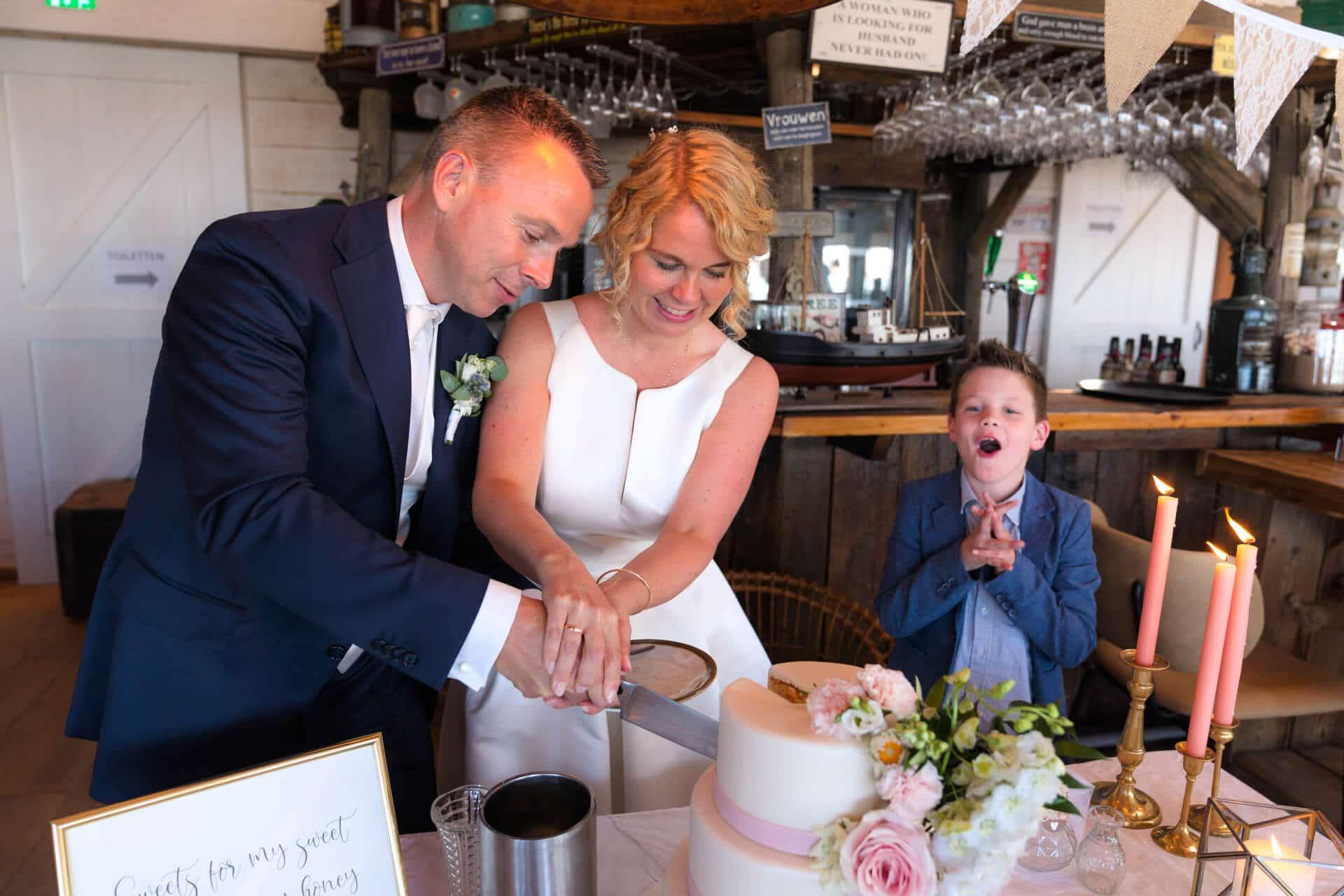 Bruiloft strand Noordwijk bruidstaart aansnijden