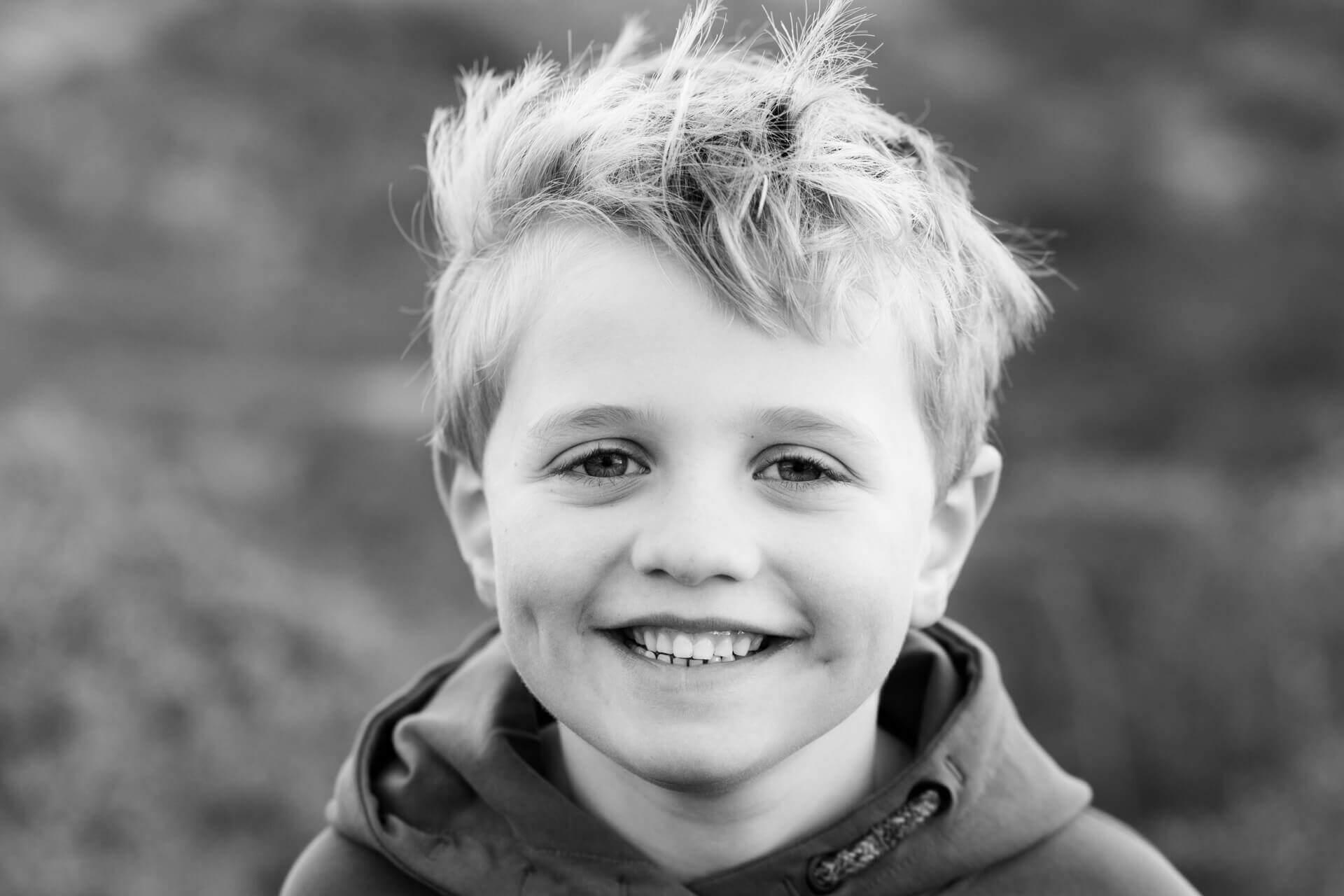 Kinderfotografie duinen portret jongen door fotograaf Grietje Mesman