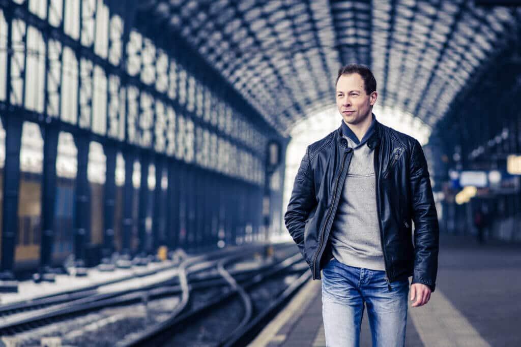 Portretfotografie man fotoshoot Haarlem station door portretfotograaf Grietje Mesman