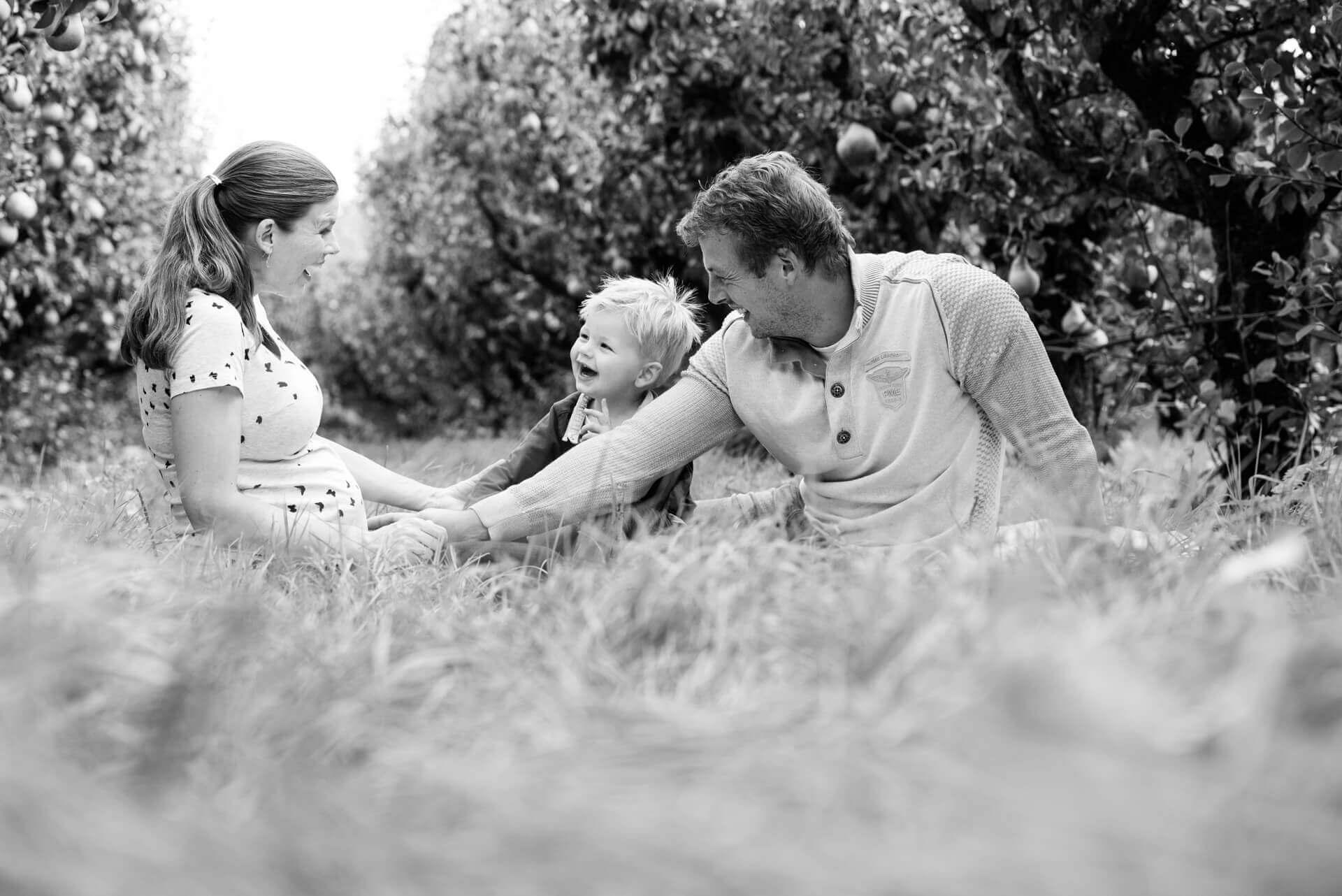 Fotoshoot zwanger met gezin met zoon in Olmenhorst Lisserbroek door fotograaf Grietje Mesman uit Deventer Overijssel