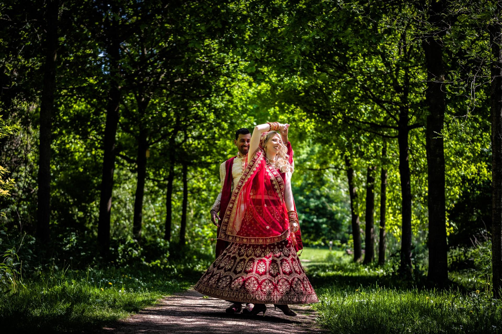 Hindoestaans bruidspaar dansend