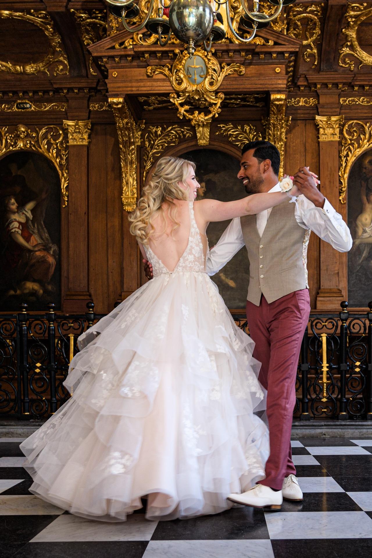 Openingsdans Den Haag stadhuis, bruidsfotografie door trouwfotograaf Grietje Mesman