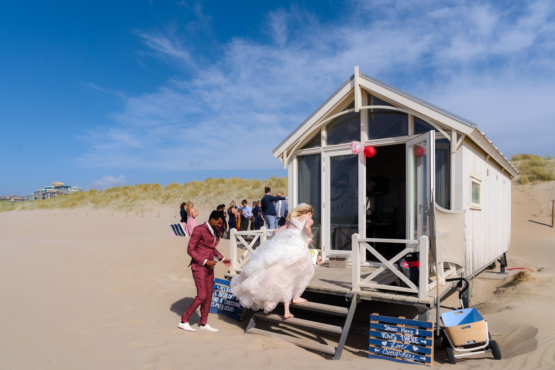 Bruiloft strand Kijkduin, bruidsfotografie door trouwfotograaf Grietje Mesman
