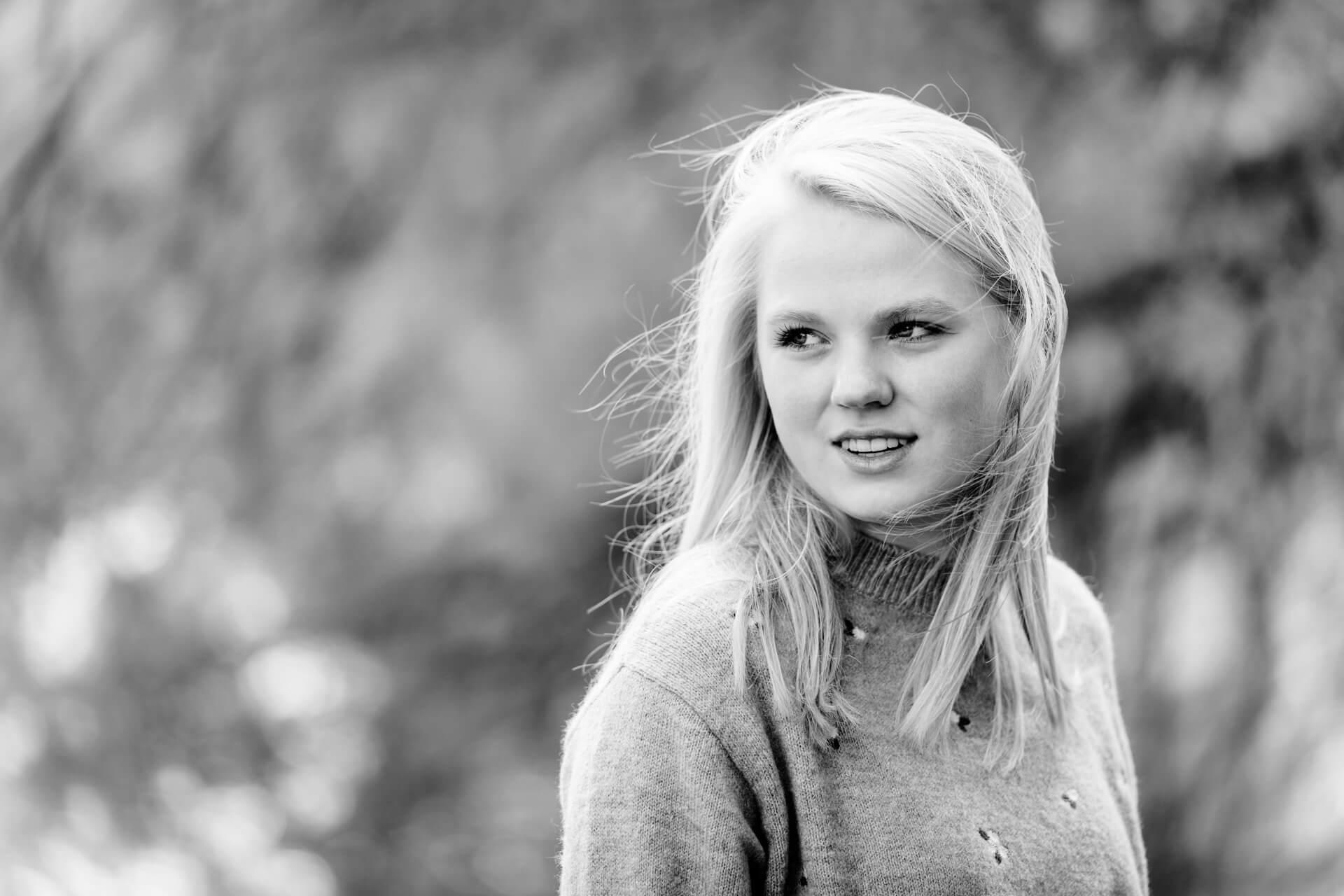 Portretfotografie herfst model zwart-wit