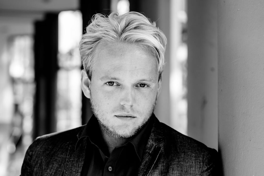 Fotoshoot zakelijk portret man zwart-wit door bedrijfsfotograaf FotoGrietje