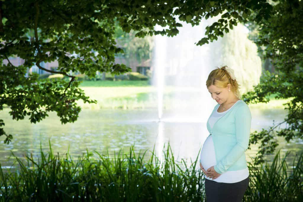 Zwangerschapsfotografie fotoshoot zwanger Deventer Overijssel Rijsterborgherpark door zwangerschapsfotograaf Grietje Mesman