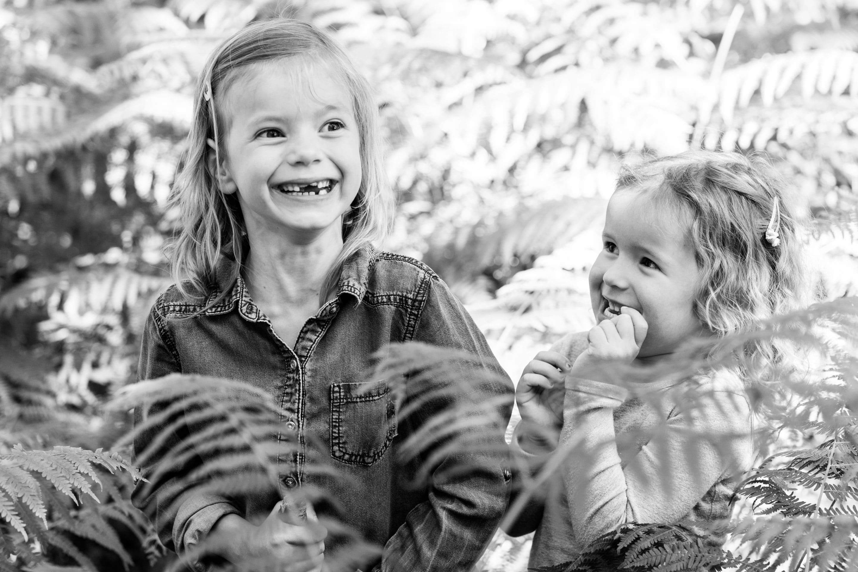 Fotoshoot kinderen Haarlem zwart-wit - Grote zus is tanden aan het wisselen en de jongste is onder de indruk