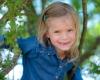 Kinderfotografie Haarlem, portret meisje in boom tanden wisselen