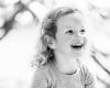 Kinderfotografie Haarlem, meisje zwart-wit lachend natuur