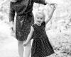 Kinderfotografie met gezin Deventer, moeder en dochter zwart-wit