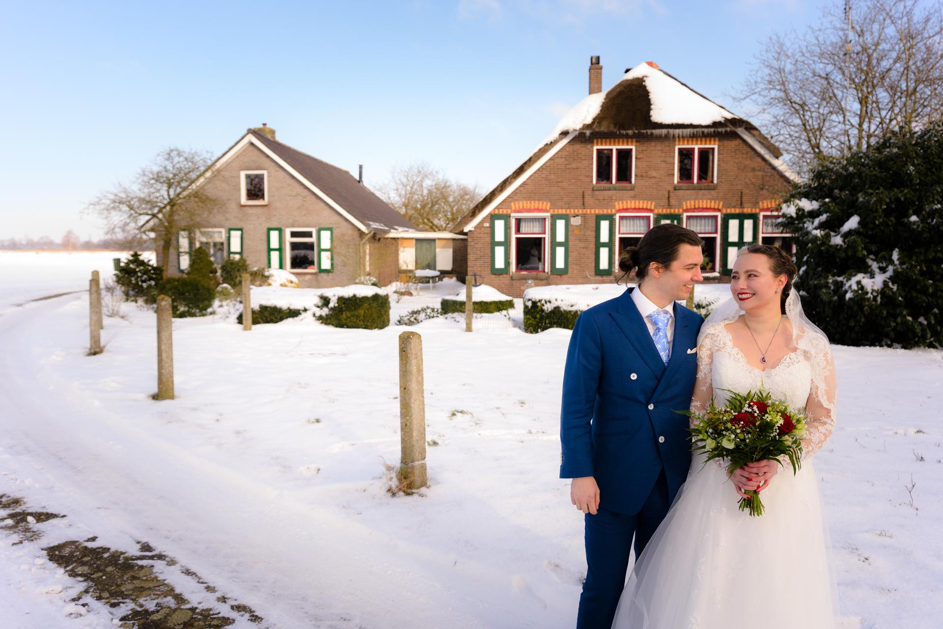 Bruiloft bruidspaar bij de boerderij in Heeten