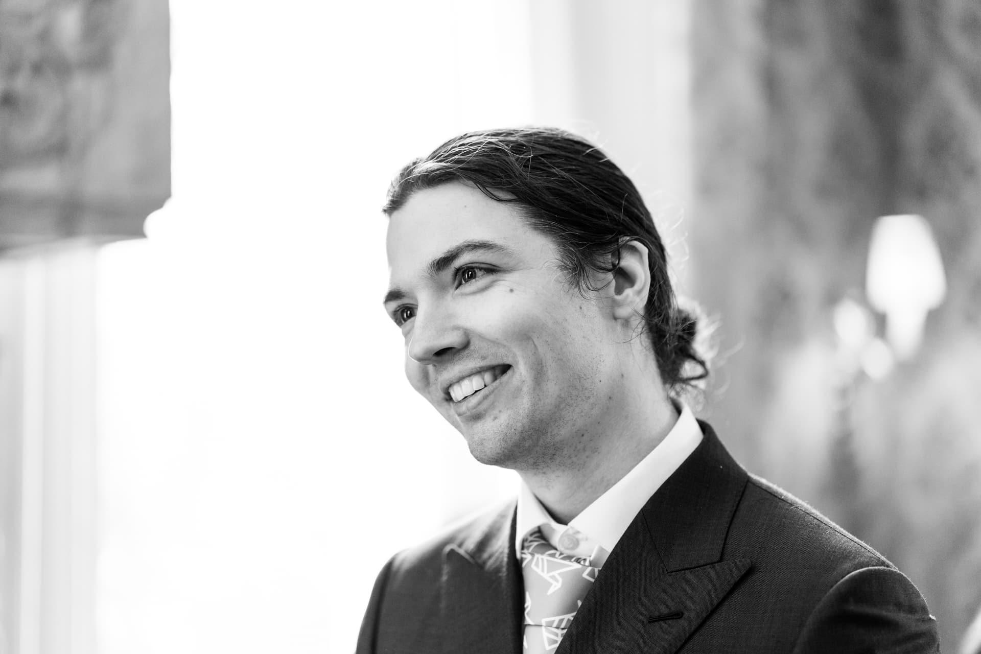 Bruiloft ceremonie Kasteel Ter Horst Loenen met zwart-wit portret bruidegom