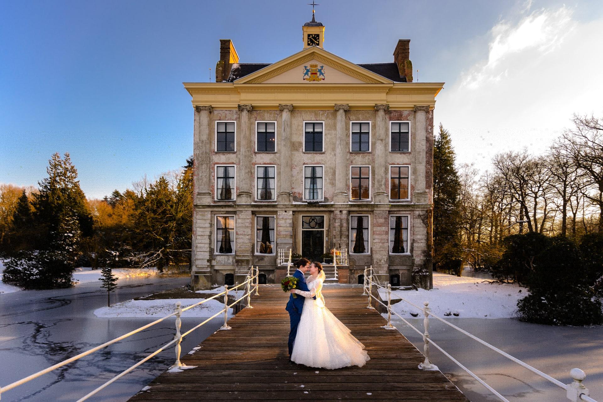 Bruidsfotografie trouwen Kasteel Ter Horst Loenen in winter met sneeuw