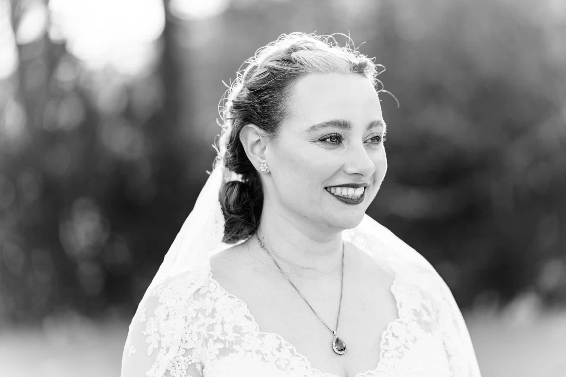 Bruidsfotografie Kasteel Ter Horst Loenen, trouwfotografie door trouwfotograaf Grietje Mesman, portret bruid zwart-wit