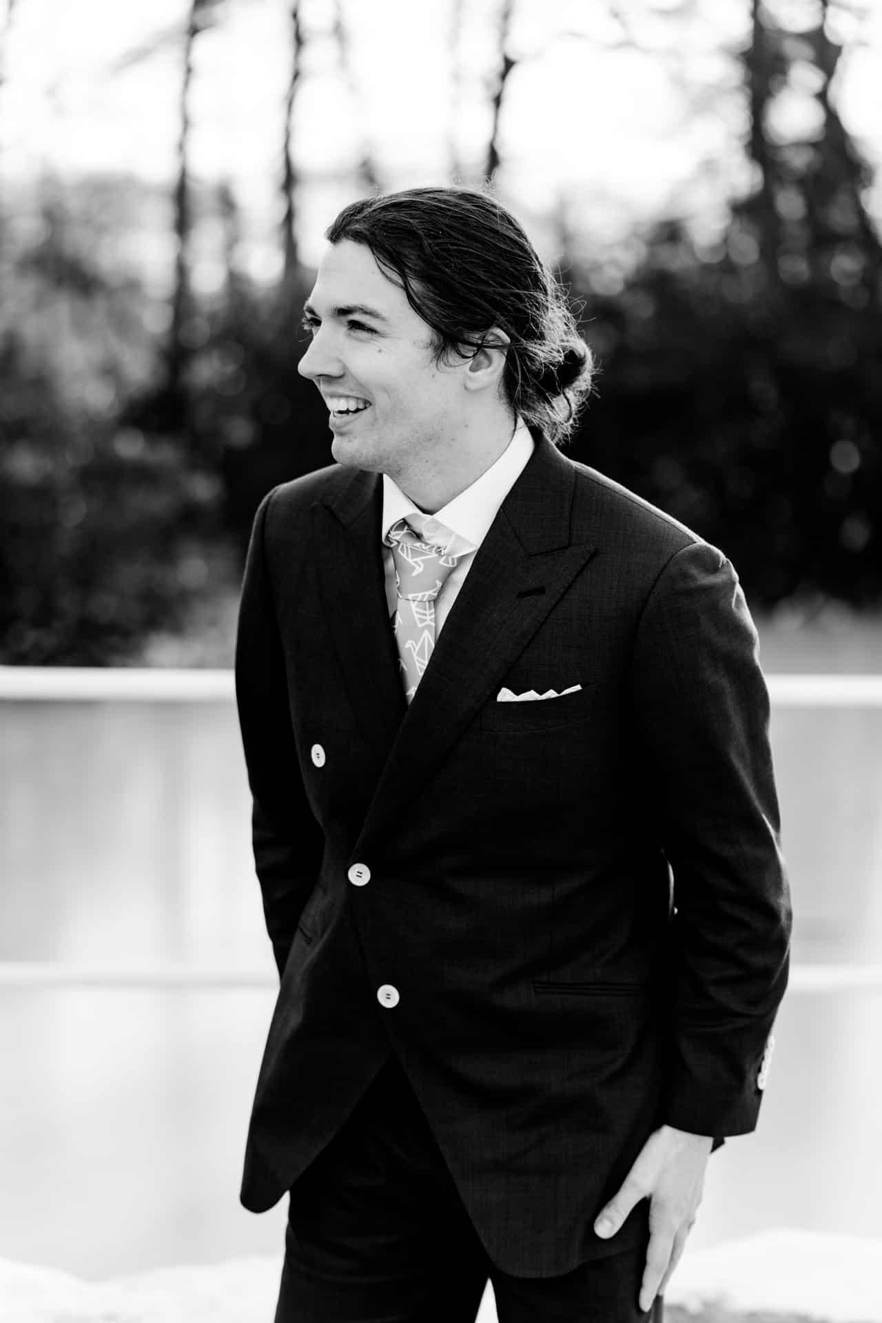 Bruidsfotografie Kasteel Ter Horst Loenen, trouwfotografie door trouwfotograaf Grietje Mesman, portret bruidegom zwart-wit